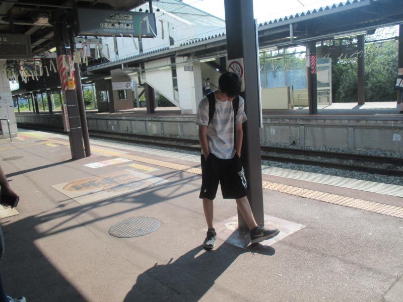 2日目の見学を終え、山形駅行きの電車を待つ部員。お疲れ様。